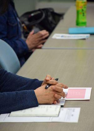 依存症家族の会のミーティングでは、参加者それぞれが経験や思いを語る=4月、青森市