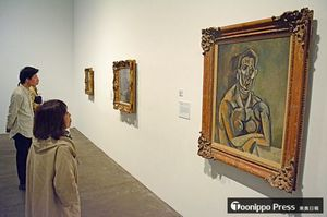ピカソの「女の半身像」(右手前)などの名作を鑑賞する来場者=18日午後、青森市の県立美術館