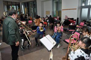 結団式後、楽器演奏を体験する子どもたち