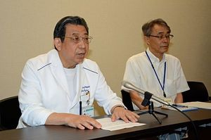20億円の寄付に対して、会見で感謝の言葉を述べる藤野院長(左)