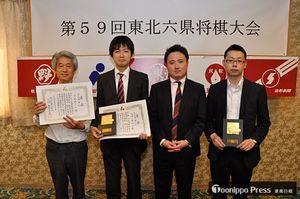 団体3位に入った本県チーム。左から奈良岡監督、工藤五段、鈴木五段、船橋四段