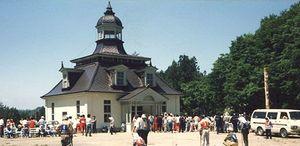 解体された建物の一部が黒森山のスポーツ広場に移築され「森の家」となった=1986年ごろ