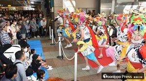 飛び入りでハネトに参加する子どもたち=東京・JR立川駅