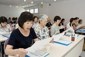 東奥日報紙コラム「天地人」をはきはきと読み上げる受講生