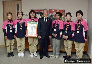 葛西市長(中央)に準優勝を報告した青森県代表の選手ら