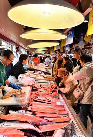 正月準備の買い物客でにぎわう新鮮市場=29日午前、青森市のアウガ地下