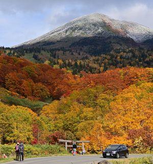 山頂付近が雪化粧した八甲田の大岳=15日午後、青森市の酸ケ湯温泉付近