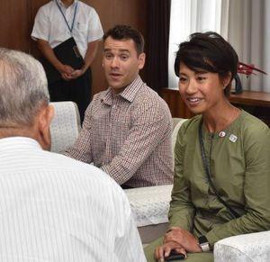 種市市長と懇談するウォン氏(右)とヴィエイラ氏(中)