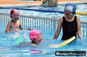 オープン日に初泳ぎを楽しむ子どもたち