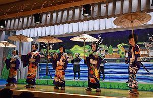 子ども歌舞伎「白浪五人男」を演じる奥内小の児童たち