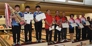優勝したアオモリボウルNの(左から)中村、石岡、田窪ら上位入賞者たち