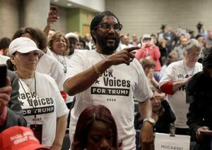 トランプ大統領の演説が始まるのを待つ支持者ら=8日、ジョージア州アトランタ(AP=共同)