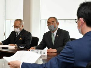 小野寺市長(右)に対し、プレミアム付き商品券の発行事業を求める若井会頭(中)と一戸会長=14日、青森市役所