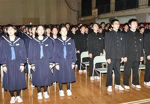 創立70周年記念式典で校歌を斉唱する生徒たち