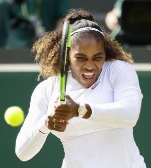 女子シングルス準決勝 プレーするセリーナ・ウィリアムズ。決勝に進んだ=ウィンブルドン(共同)