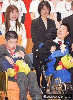 成人式で記念撮影に臨む高橋喜理登さん(手前左)と母・美登理さん(奥)、成田大悟さん(手前右)と母・咲千子さん