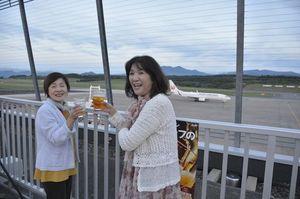 離陸準備に向かう飛行機と一緒に乾杯!