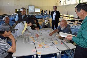 鯵ケ沢町の総合防災訓練で避難所の運営訓練をする町民ら