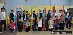 出来上がった水ロケットを手にした児童と記念撮影する鈴木さん(右)