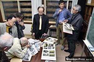 設立総会後に、昔の街の写真を広げて語り合う「アーカイブしちのへ」の会員ら。右から2人目が山本代表