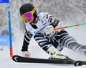 【男子大回転】県勢最高の46位だった佐藤(東奥義塾)=花輪スキー場ジャイアントコース