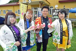 PGヨーグルトで乾杯する宮下宗一郎むつ市長とGMU(左から藤本ほのみ、堀川あい、森野まりん)