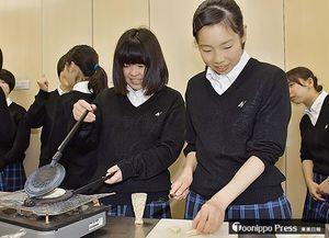 てんぽせんべい作りに取り組む八工大二高の生徒たち