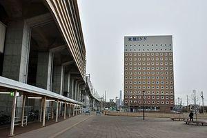 来年3月にオープンする「東横イン新青森駅東口」。左はJR新青森駅