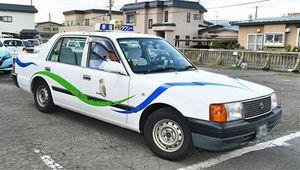 AI予測システムの端末を搭載して営業に向かうタクシー=19日午前、青森市の幸福タクシー