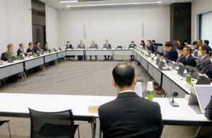 遺伝子治療薬「ゾルゲンスマ」の承認について議論する厚労省の専門部会=26日午前、東京都千代田区