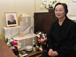 長部さんの遺骨と遺影の前で「よく笑う人だった」とほほ笑む真知子さん=24日午後、東京・成城の自宅