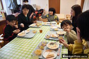 愛成会が2016年から月2回開いている弘前市の「こどもレストランあっぷる」。対象を広げたところ、参加者が増えた=2月8日