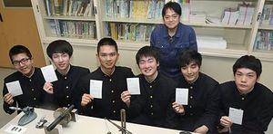 合格通知のはがきを持つ八戸工業高校の(前列左から)中村さん、出町さん、角地さん、上野さん、小林さん、梅内さん。後列は斗沢教諭