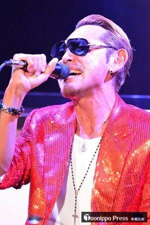 自身初のオリジナル曲を熱唱する〝青森のATSUSHI〟ことFUMIYA=2016年12月、青森市内