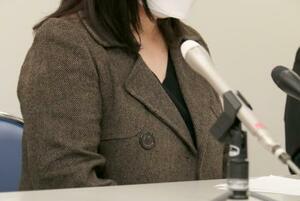 判決後に記者会見する女子生徒の母親=23日午後、奈良市