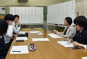 生徒に交じって歌会に参加する筆者(右から2人目)。批評し合うことで気付くことがたくさんある