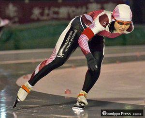 【県スプリントスピードスケート選手権】最終日の女子1000メートルを制し、頂点に立った澤尻(八戸学院大)=長根公園スケートリンク