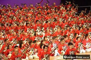 津軽三味線奏者300人が迫力あふれる大合奏を披露したステージ
