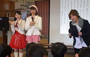 北陽小で「夢の音楽教室」を行い、子どもたちに「地元に誇りを持とう」と呼び掛ける(右から)多田さん、彩香さん、ジョナゴールドさん