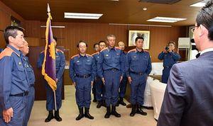 小野寺市長(右)に北海道厚真町での活動終了を報告する消防隊員=12日午前、青森市役所