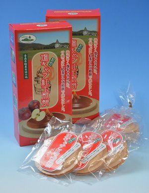 16日から先行販売が始まった新郷村ふるさと活性化公社の新商品「塩キャラ紅玉煎餅」