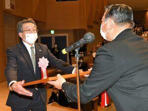式典ではリンゴ産業の発展に努めてきた団体の代表者に、平田町長(右)から感謝状が贈られた