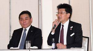 あおもり藍エキスの活用法について意見交換する安井支店長(右)と佐々木教授