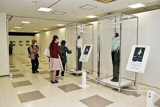 写真や大会衣装展示 八戸・ラピアで羽生結弦展