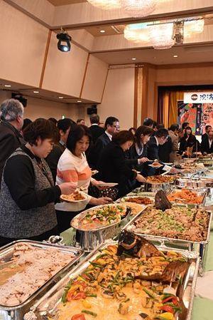 深浦沖の新鮮な魚介類を使った料理が並んだ会場