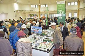 オープンと同時に多くの買い物客が訪れた村特産品販売所「六旬館」