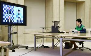 埼玉、千葉、神奈川の県知事とのテレビ会議に臨む東京都の小池百合子知事=21日午後、都庁