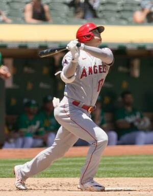 アスレチックス戦の2回、2試合連続の本塁打となる19号ソロを放つエンゼルス・大谷=オークランド(AP=共同)