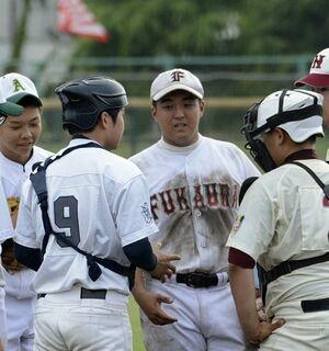 木造深浦から唯一大会に出場した西北・浪岡連合の永谷選手(右から3人目)=11日、青森市営球場