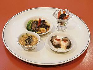 試食会で提供された(右上から時計回りに)泡椒ナマコ、エビのすり身詰め、ナマコそば、あんかけ丼
